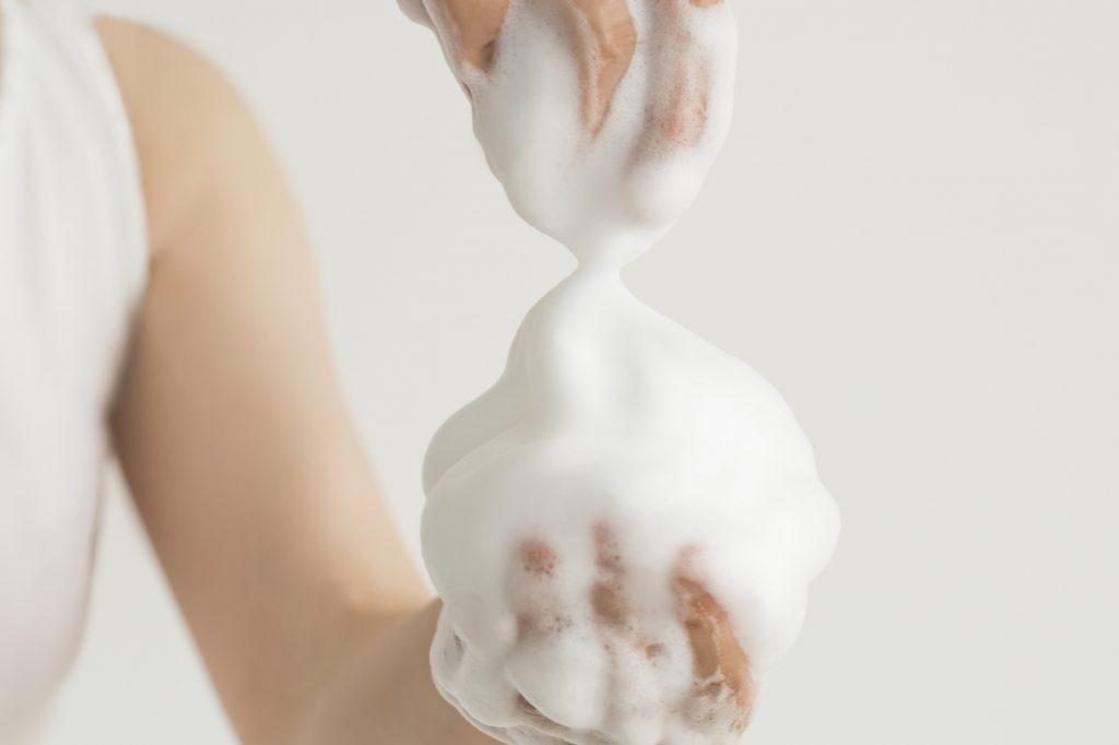 洗顔料で体を洗う