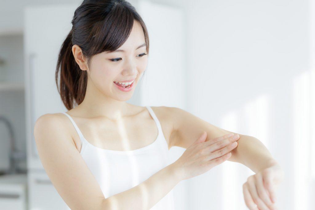 手の甲のシミを消す3つの方法